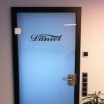 Jonas Druck Objektbeschriftung einer Glastür für Chez Daniel.