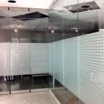 Jonas Druck Objektbeschriftung einer Glaswand als Sichtschutz.