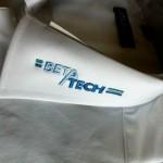 Jonas Druck individuelle Veredelung eines Textils mit Stickerei für Beta Tech.