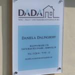 Jonas Druck Schild als Außenwerbung für DADA.