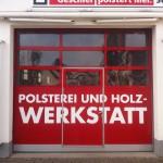 Jonas Druck Objektbeschriftung des Garagentors der Polsterei und Holzwerkstatt A. Geschier