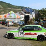 Jonas Druck Fahrzeugbeschriftung eines Rennwagens von Ahrtal Motorsport.