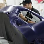 Jonas Druck großflächigen Folierung im Produktionsprozess der Fahrzeugbeschriftung.